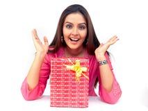 Mujer con un rectángulo de regalo imágenes de archivo libres de regalías