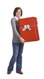 Mujer con un rectángulo de regalo rojo Fotos de archivo