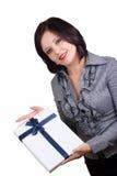 Mujer con un regalo foto de archivo