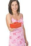 Mujer con un regalo de la tarjeta del día de San Valentín Imagenes de archivo