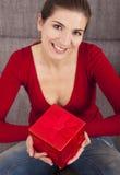 Mujer con un regalo de Navidad Imagenes de archivo