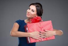 Mujer con un regalo grande fotos de archivo