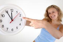 Mujer con un reloj Imágenes de archivo libres de regalías