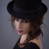 Mujer con un sombrero de copa Fotografía de archivo