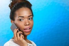 Mujer con un teléfono móvil Imagenes de archivo