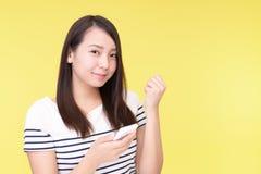 Mujer con un tel?fono elegante fotografía de archivo libre de regalías