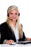 Mujer con un teléfono directo del receptor de cabeza y del ordenador Imagen de archivo libre de regalías