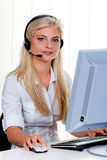 Mujer con un teléfono directo del receptor de cabeza y del ordenador en Foto de archivo libre de regalías