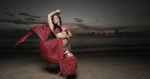 Mujer con un velo en la playa Imágenes de archivo libres de regalías