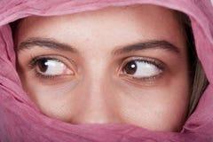 Mujer con un velo rosado Foto de archivo libre de regalías