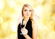 Mujer con un vidrio de vino foto de archivo