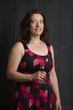 mujer con un vidrio de vino Fotos de archivo