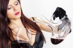 Mujer con un vidrio de vino rojo Imágenes de archivo libres de regalías