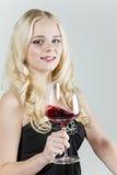 Mujer con un vidrio de vino rojo Fotografía de archivo libre de regalías