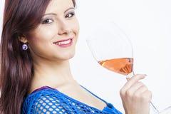 Mujer con un vidrio de vino rosado Fotos de archivo