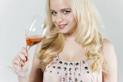 Mujer con un vidrio de vino rosado Imágenes de archivo libres de regalías
