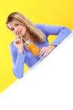 Mujer con un vidrio de zumo de naranja Imagen de archivo libre de regalías