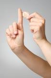 Mujer con un yeso en su finger Imagen de archivo libre de regalías