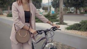 Mujer con una bicicleta hacia fuera metrajes