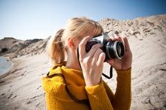 Mujer con una cámara vieja Imagenes de archivo