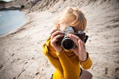 Mujer con una cámara vieja Foto de archivo libre de regalías