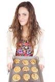 Mujer con una cacerola de galletas Imagen de archivo
