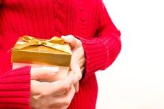 Mujer con una caja de regalo en manos Imagenes de archivo