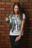 Mujer con una cerveza Fotos de archivo