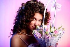 Mujer con una cesta de flores Fotografía de archivo