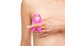 Mujer con una cinta de la conciencia del cáncer de pecho fotos de archivo