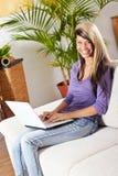Mujer con una computadora portátil Fotografía de archivo libre de regalías