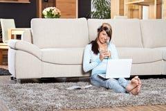 Mujer con una computadora portátil Imagen de archivo