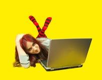 Mujer con una computadora portátil Imágenes de archivo libres de regalías