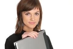 Mujer con una computadora portátil Imagenes de archivo