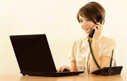 Mujer con una computadora portátil Imagen de archivo libre de regalías