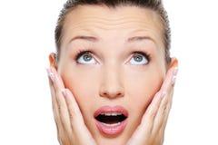 Mujer con una emoción del asombro en su cara Imagen de archivo