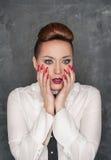 Mujer con una expresión del miedo Foto de archivo libre de regalías