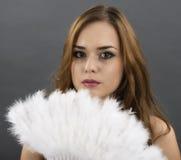 Mujer con una fan de plumas grises Fotos de archivo