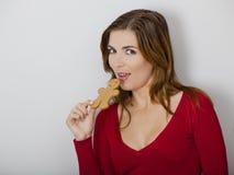 Mujer con una galleta del pan de jengibre Imagen de archivo