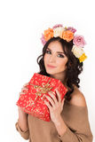 Mujer con una guirnalda de las rosas y de la caja de regalo en manos, estudio Fotografía de archivo
