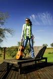 Mujer con una guitarra Imagenes de archivo