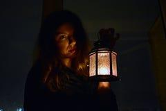 Mujer con una lámpara Fotografía de archivo libre de regalías