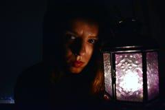 Mujer con una lámpara Fotografía de archivo