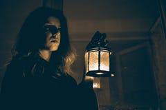 Mujer con una lámpara Fotos de archivo libres de regalías