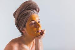 Mujer con una máscara del huevo en su cara Fotos de archivo libres de regalías