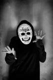 Mujer con una máscara humana del cráneo Fotos de archivo libres de regalías