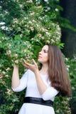 Mujer con una madreselva de la flor imagen de archivo