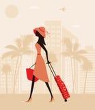 Mujer con una maleta en el centro turístico. Imágenes de archivo libres de regalías