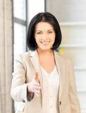 Mujer con una mano abierta lista para el apretón de manos Foto de archivo libre de regalías