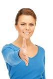 Mujer con una mano abierta lista para el apretón de manos Fotografía de archivo libre de regalías